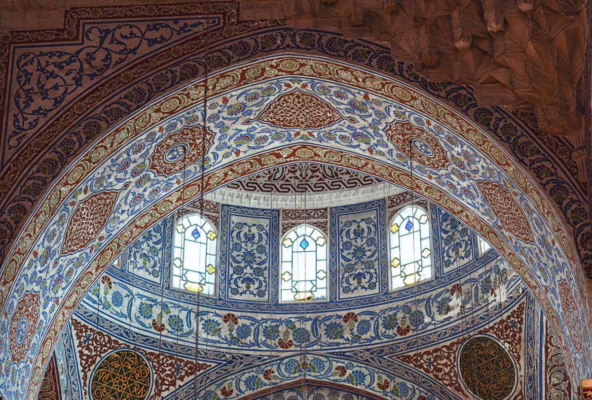 The inside of the dome of the Blue Mosque shows ceramic tiles from Iznik with beautiful decorations.