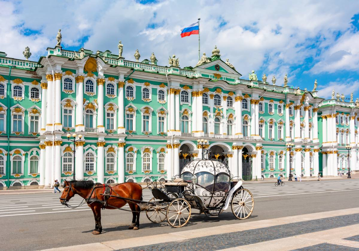 Most beautiful palaces in Europe: The Hermitage's Winterpalace in St. Petersburg with Horse Carriage